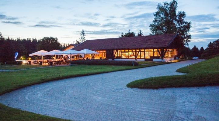Ein Bild des Clubhauses bei Abenddämmerung.